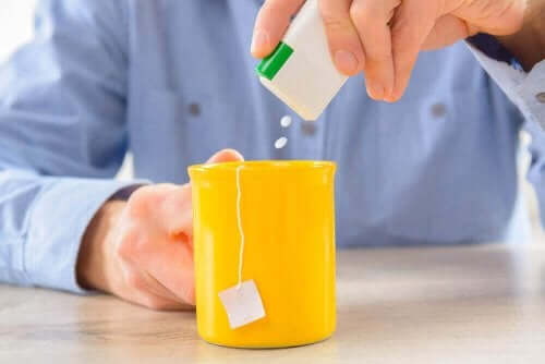 Άνδρας χρησιμοποιεί γλυκαντικό στο τσάι