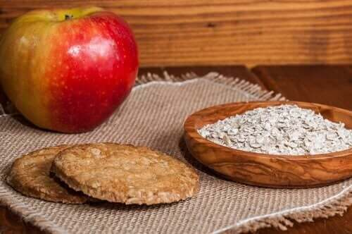 Μπισκότα, βρώμη, και μήλο