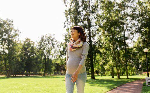Έγκυος γυναίκα περπατά