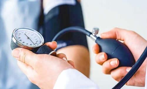 Γιατρός μετρά την πίεση ασθενούς