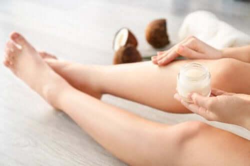 Γυναίκα εφαρμόζει ξύδι καρύδας στα πόδια