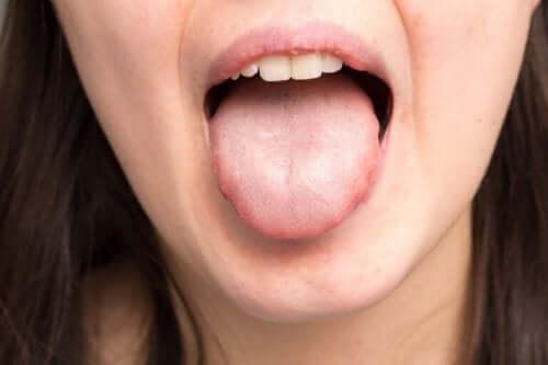Γυναίκα δείχνει τη γλώσσα της