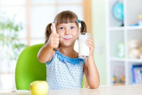 Κοριτσάκι πίνει γάλα