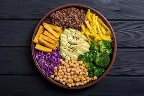 Λαχανικά και καρποί σε πιάτο