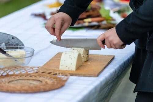 Οι καλύτερες συμβουλές για να κόβετε τα τυριά