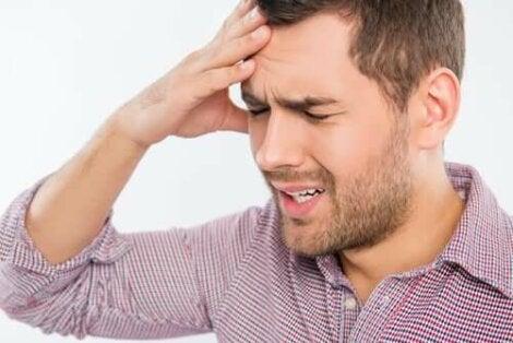 Άνδρας έχει πονοκέφαλο
