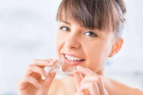 Τι είναι οι διάφανοι ευθυγραμμιστές για τα δόντια;