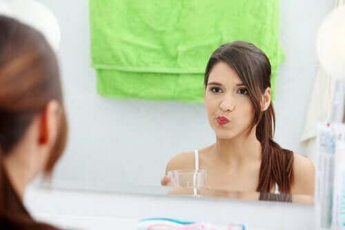 Γυναίκα χρησιμοποιεί στοματικό διάλυμα