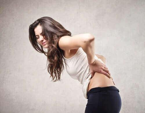 μυϊκές διατάσεις: Γυναίκα με πόνο στην πλάτη
