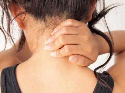 Γυναίκα με πόνο στο λαιμό