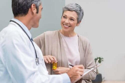Γυναίκα μιλά με τον γιατρό της