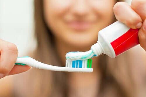 Γυναίκα τοποθετεί οδοντόκρεμα σε οδοντόβουρτσα
