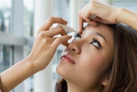 Γυναίκα βάζει σταγόνες στα μάτια