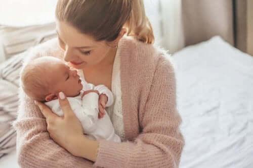 Μητέρα αγκαλιάζει το μωρό της