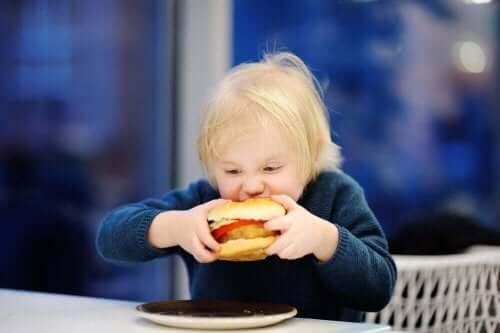 Παιδί τρώει burger