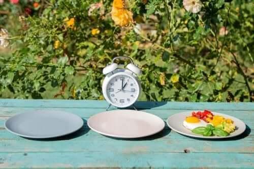 Πιάτα και ρολόι πάνω σε τραπέζι