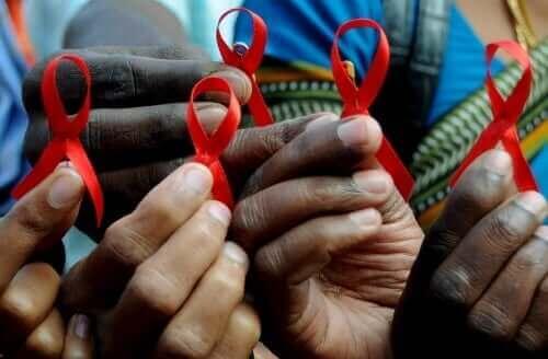 Άτομα κρατούν κορδέλα κατά του AIDS