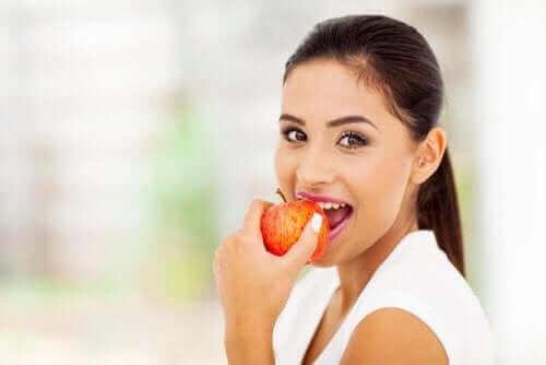 Γυναίκα δαγκώνει μήλο