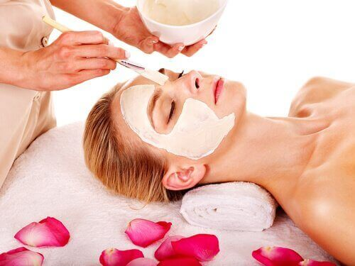 Γυναίκα εφαρμόζει ενυδατική μάσκα