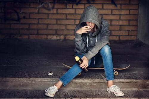 Γυναίκα καπνίζει και πίνει