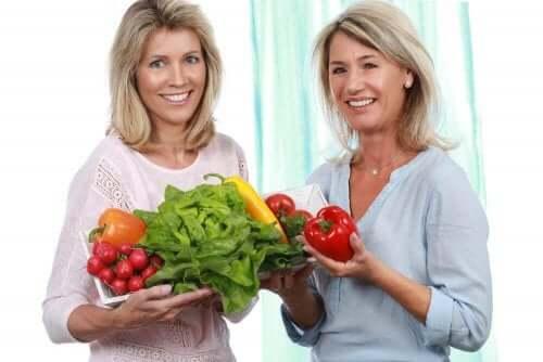 Γυναίκες κρατούν λαχανικά