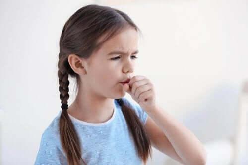 Κοριτσάκι βήχει