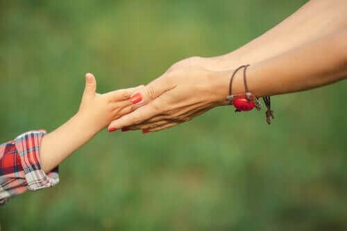 Μητέρα κρατά το χέρι της κόρης της