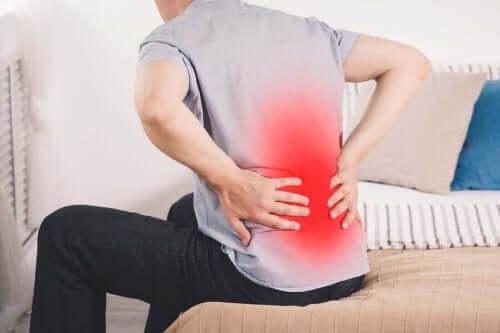 Άνδρας με πόνο στο κάτω μέρος της πλάτης