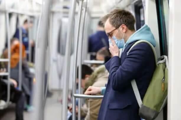 Άντρας με μάσκα στο μετρό
