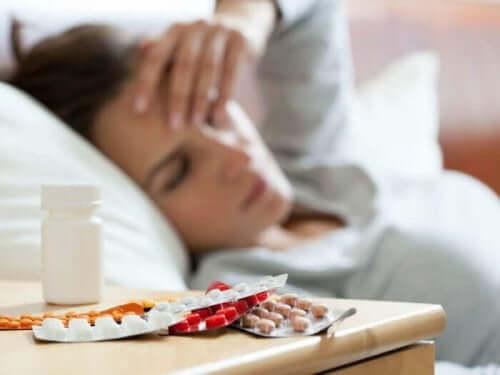 Άρρωστη γυναίκα με χάπια δίπλα της