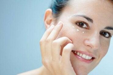 Φροντίστε το δέρμα γύρω από τα μάτια με έξι τρόπους