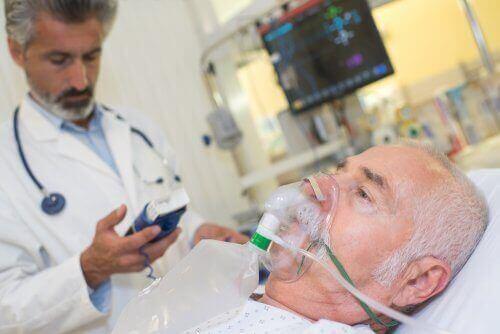 Γιατρός ελέγχει τα επίπεδα οξυγόνου σε ασθενή