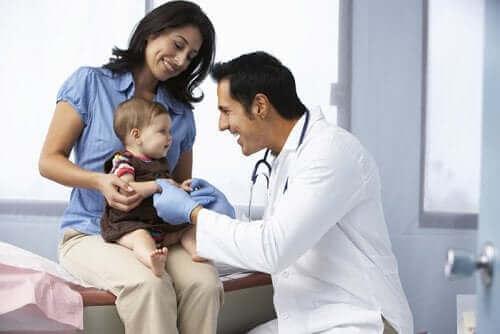 Γιατρός εξετάζει μωρό