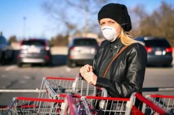 Γυναικα με μάσκα στα ψώνια