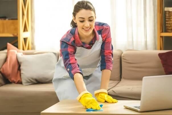 Πώς να απολυμάνετε το σπίτι: γυναίκα καθαρίζει