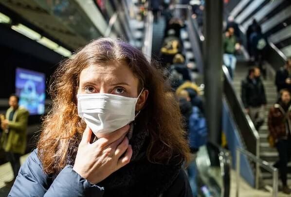 γυναίκα μασκα: Μην ακουμπάτε το πρόσωπο