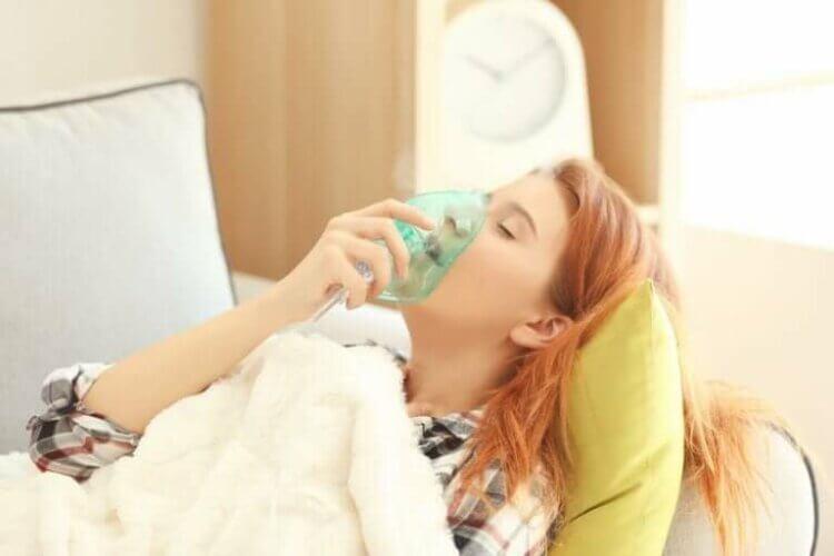 Γυναίκα φορά μάσκα οξυγόνου