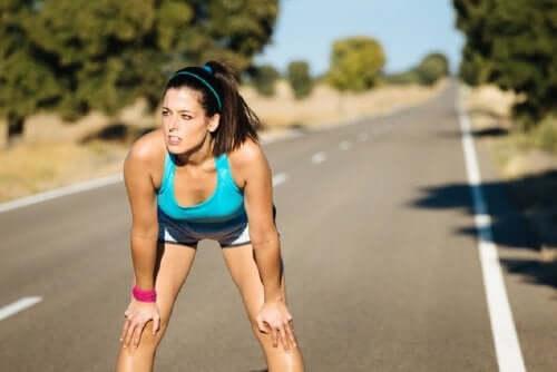 Γυναίκα κάνει διάλειμμα από το τρέξιμο