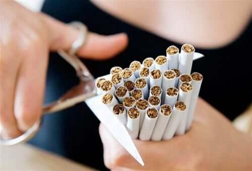 Γυναίκα κόβει τσιγάρα