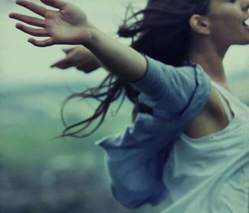 Γυναίκα με ανοιχτά τα χέρια