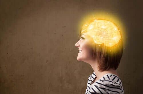 Γυναίκα με λαμπερί εγκέφαλο
