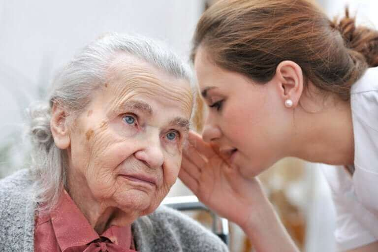 Γυναίκα μιλά σε ηλικιωμένη