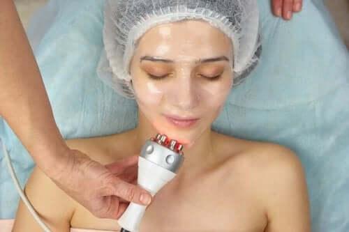 Γυναίκα υποβάλλεται σε θεραπεία με ραδιοσυχνότητες