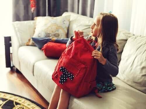 Κοριτσάκι κρατά σχολική τσάντα