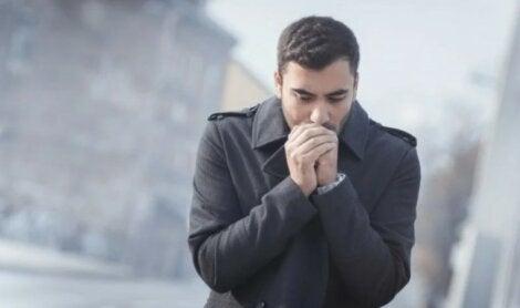 Άνδρας στο κρύο: Ο κορωνοϊός εξαπλώνεται σε συγκεκριμένα περιβάλλοντα