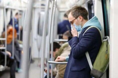 Άνθρωπος με μάσκα στο μετρό