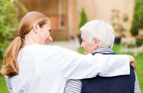 Γυναίκα αγκαλιάζει ηλικιωμένο