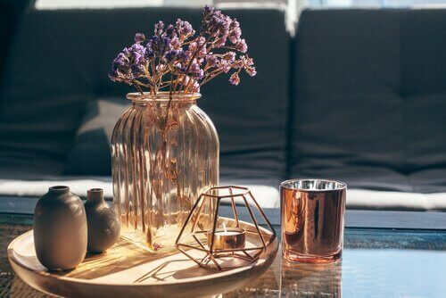 Γυάλινο βάζο πάνω σε τραπέζι