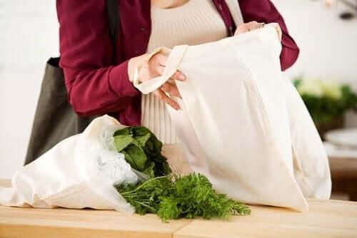 Γυναίκα χρησιμοποιεί πάνινη τσάντα