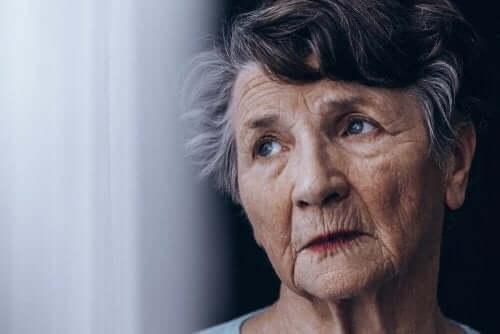 Ηλικιωμένη γυναίκα με απώλεια μνήμης